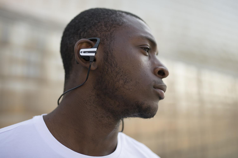 imagen de chico con los auriculares Magnussen M2